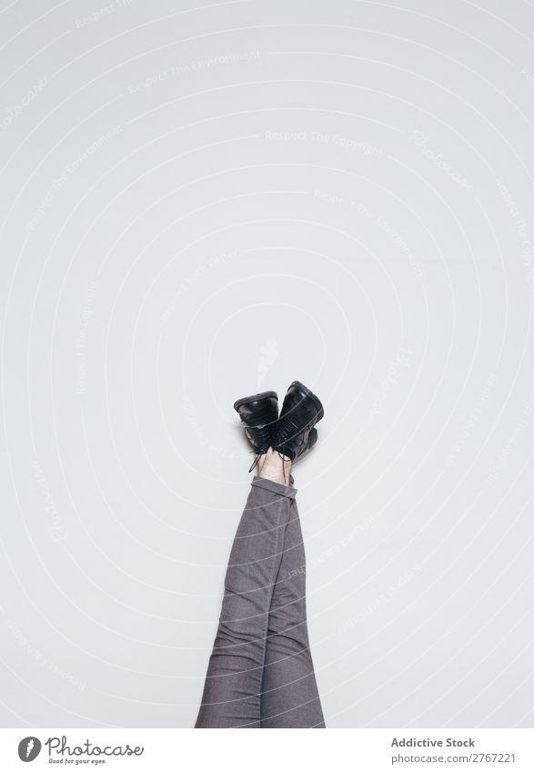 Beine in stylischen Stiefeln an der Wand Schuhe Stil auf den Kopf gestellt Entwurf Mode elegant Leder Beautyfotografie Model klassisch anhaben Accessoire Fuß