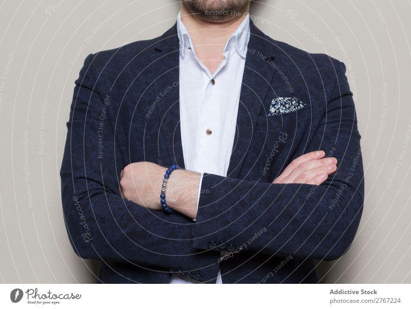 Junger stilvoller Mann an der weißen Wand Anzug Stil gutaussehend die Arme verschränkt Mode Jugendliche Porträt gelungen Mensch Model Erfolg elegant Business