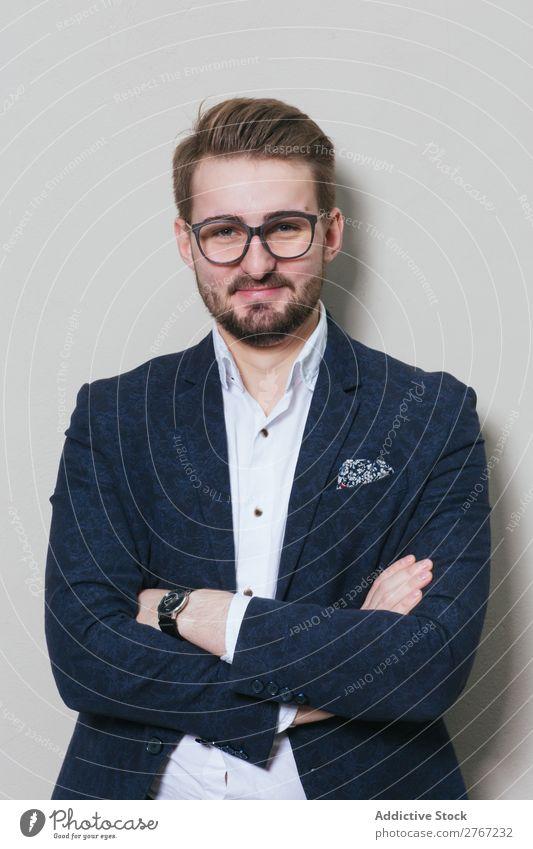 Junger stilvoller Mann an der weißen Wand Anzug Stil gutaussehend die Arme verschränkt Brillenträger Mode Jugendliche Porträt gelungen Mensch Model Erfolg