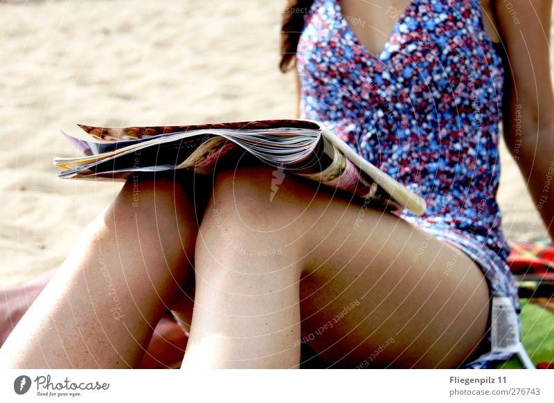 Sommer, Sonne, Lesespaß Stil schön Wohlgefühl Zufriedenheit Sommerurlaub feminin Junge Frau Jugendliche Körper Beine 1 Mensch 18-30 Jahre Erwachsene Kleid