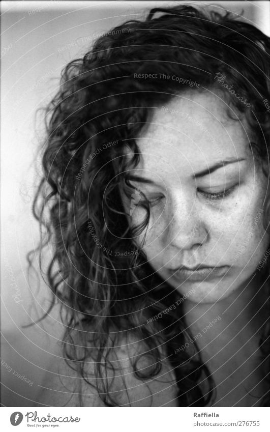 so wie es ist. feminin Junge Frau Jugendliche Haut Kopf Haare & Frisuren Gesicht Auge Nase Mund Lippen 1 Mensch 18-30 Jahre Erwachsene brünett langhaarig Locken