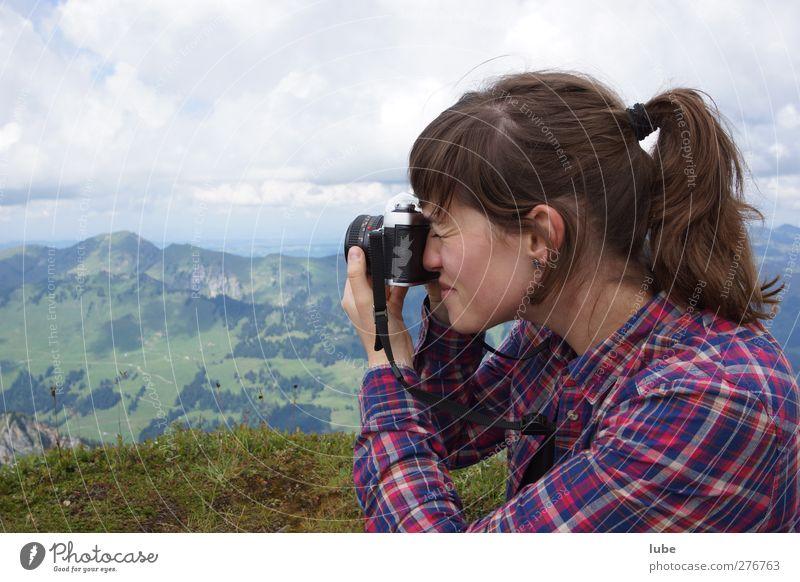 Bitte lächeln! Freizeit & Hobby Berge u. Gebirge feminin Junge Frau Jugendliche 1 Mensch 18-30 Jahre Erwachsene Landschaft Fotografie Fotografieren camera