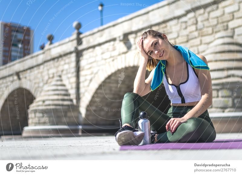 Frau entspannt sich und trinkt Wasser mit Handtuch nach dem Training. Lifestyle schön Körper Erholung Meditation Sport Yoga Mensch Erwachsene Natur Wärme Park