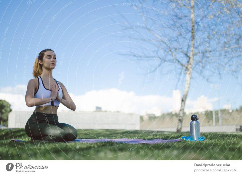 Frau macht Yoga und pilates outdoor mit ihrer Matte Lifestyle schön Körper Erholung Meditation Sport Mensch Erwachsene Natur Wärme Park brünett Fitness Lächeln