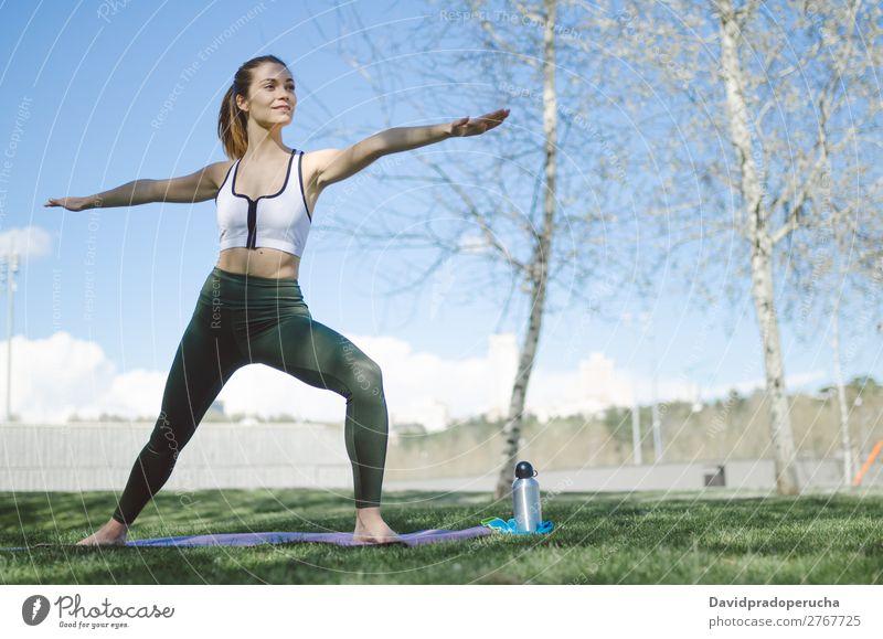 Frau Mensch Natur schön Erholung Lifestyle Erwachsene Wärme Sport Park Körper Lächeln Aktion Fitness sportlich Meditation