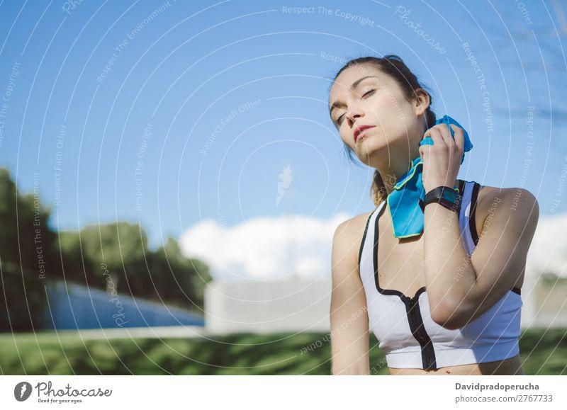 Frau ruht sich aus, entspannt sich nach dem Training mit Handtuch. Lifestyle schön Körper Erholung Meditation Sport Yoga Mensch Erwachsene Natur Wärme Park