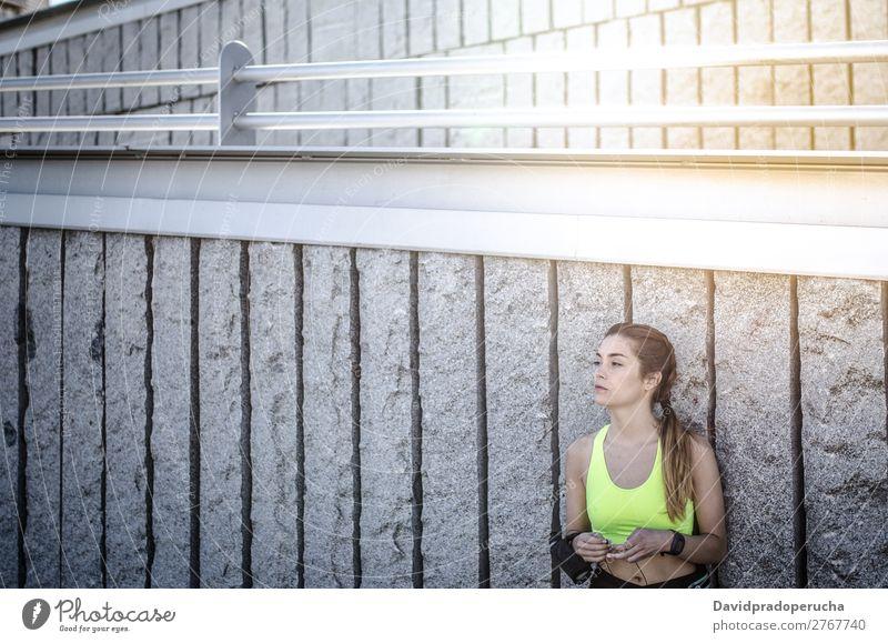 fröhliche Frau, die sich nach dem Sport, Laufen und Training ausruht. Lifestyle schön Körper Wellness Erholung Meditation Musik Yoga Mensch Erwachsene Natur