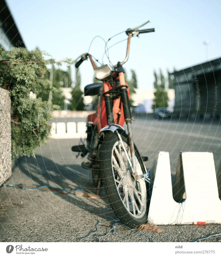 49ccm Lifestyle Stadt Industrieanlage Platz Verkehr Straße Straßenrand Fahrzeug Motorrad Kleinmotorrad alt Coolness historisch rebellisch retro Klischee blau