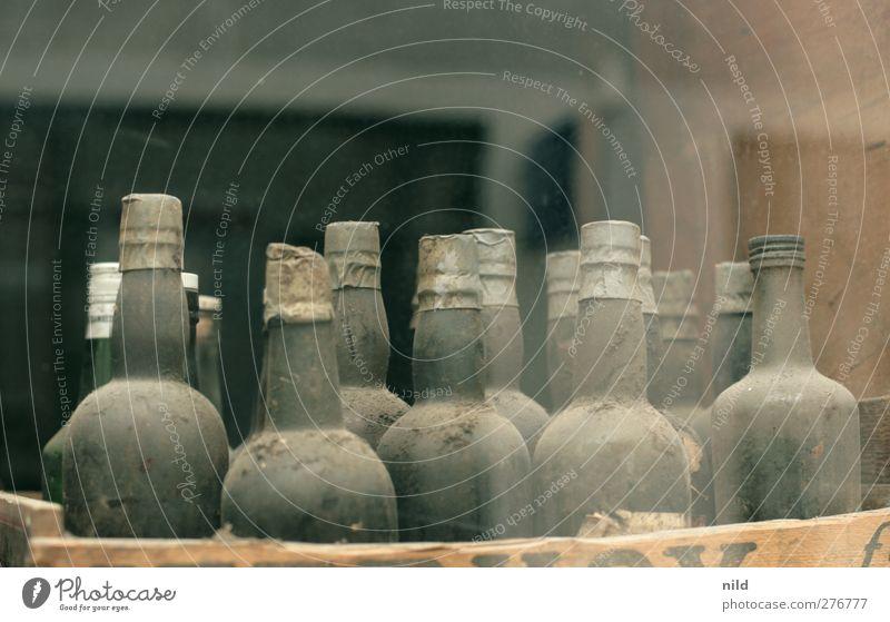 bottlenecks Schaufenster Restaurant Bar Cocktailbar Flasche Flaschenhals staubig Weinflasche Spirituosen Glas alt antik Whiskey 12 teuer Kostbarkeit Schatz