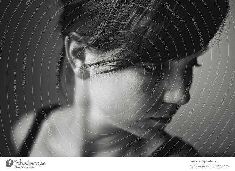 demain feminin Junge Frau Jugendliche Erwachsene Kopf Gesicht 1 Mensch 18-30 Jahre schwarzhaarig brünett Pony Zopf Denken träumen Traurigkeit bedrohlich dunkel