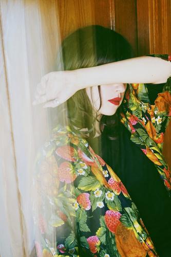 Frau Mensch Jugendliche Junge Frau Farbe schön Einsamkeit Fenster 18-30 Jahre Erwachsene natürlich feminin Gefühle Stil Kunst Mode