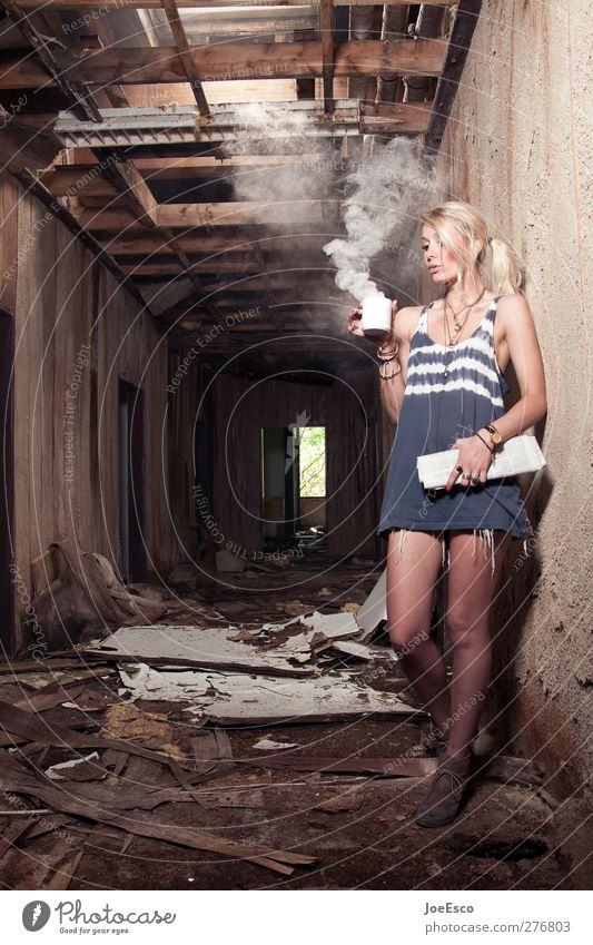 #232617 Frau Erwachsene Erholung dunkel Wand Mauer Mode träumen Zufriedenheit außergewöhnlich warten Brand Abenteuer trist Kaffee trinken
