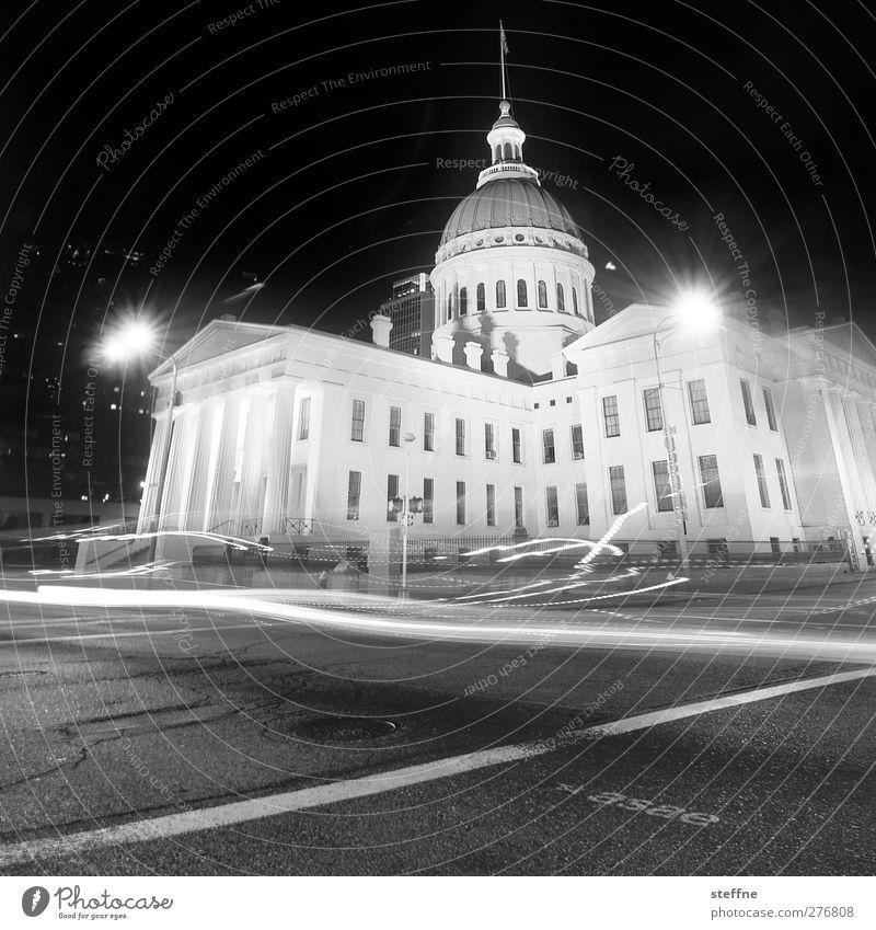Geisterstunde St. Louis USA Stadt Stadtzentrum Menschenleer Haus Verkehr außergewöhnlich historisch Rathaus Licht Langzeitbelichtung Schwarzweißfoto