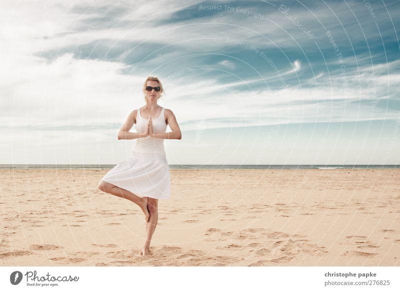 Namaste Mensch Himmel Jugendliche Ferien & Urlaub & Reisen schön Sommer Meer Strand Wolken ruhig Erwachsene Erholung Ferne feminin Junge Frau Horizont