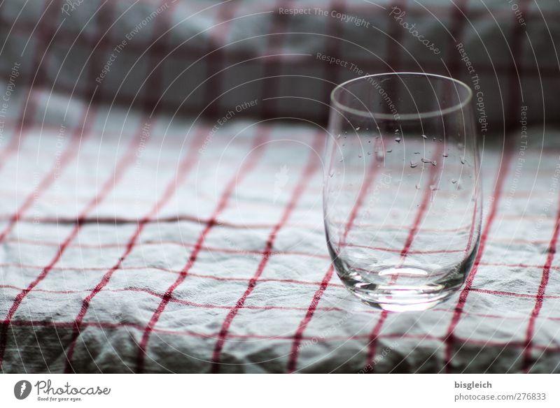Wasserglas Glas Küchenhandtücher Tropfen grau rot weiß Farbfoto Innenaufnahme Menschenleer Textfreiraum links Tag Schwache Tiefenschärfe