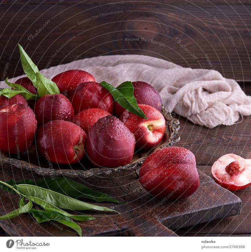 rote reife Pfirsiche Nektarine in einer Eisenplatte Frucht Dessert Ernährung Vegetarische Ernährung Teller Sommer Tisch Menschengruppe Natur Blatt Holz Essen