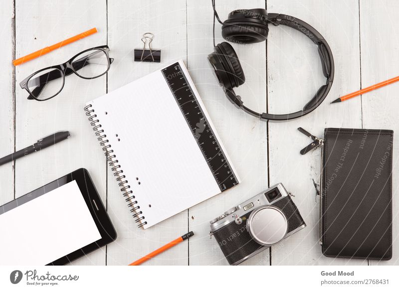 Arbeitsplatz mit Tablet-PC, Notizblock, Kamera, Brille, Kopfhörer, etc. lesen Ferien & Urlaub & Reisen Schreibtisch Tisch Büro Business Computer Fotokamera