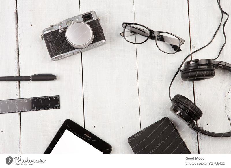 Arbeitsplatz mit Tablet-PC, Kamera, Kopfhörer, Brille, etc. lesen Ferien & Urlaub & Reisen Schreibtisch Tisch Büro Business Computer Fotokamera Krawatte Papier