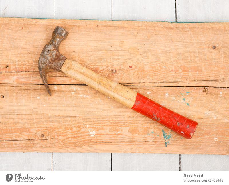 Alter Hammer auf Holzuntergrund Design Arbeit & Erwerbstätigkeit Industrie Werkzeug Metall Stahl Rost alt bauen dreckig retro rot antik Hintergrund Bank