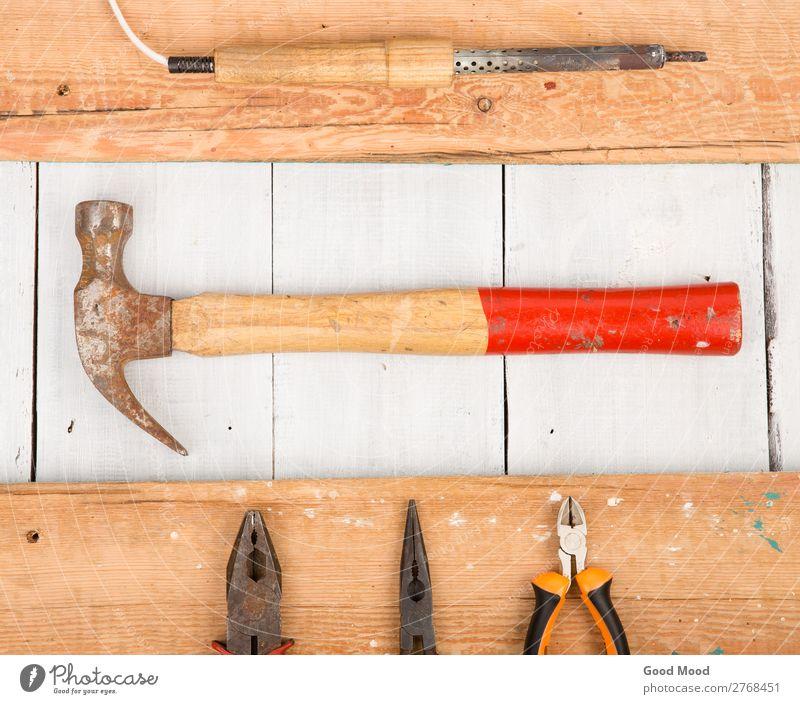 Satz alter Werkzeuge - Hammer, Zange und Lötkolben Arbeit & Erwerbstätigkeit Industrie Holz Metall Stahl Rost bauen dreckig heiß retro rot weiß Hintergrund