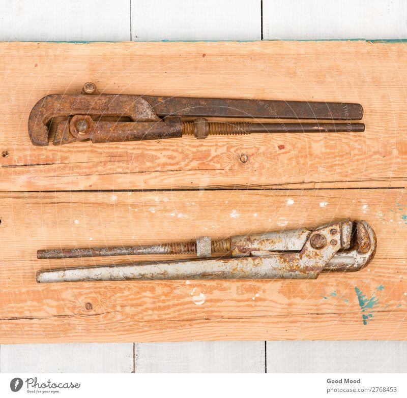 verstellbare Schraubenschlüssel auf Holzuntergrund Arbeit & Erwerbstätigkeit Industrie Werkzeug Metall Stahl Rost alt bauen Idee einstellbar antik Hintergrund