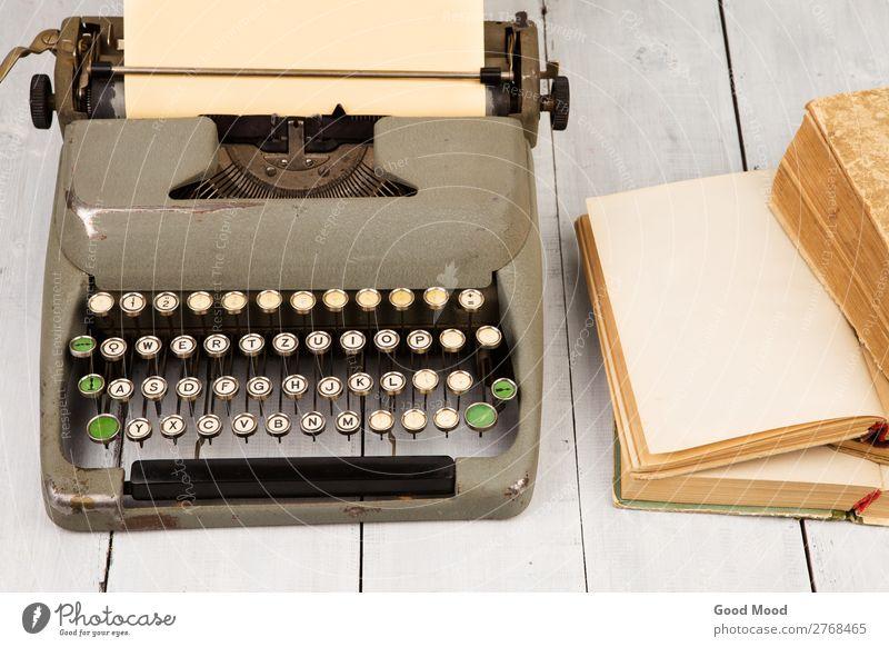 Retro-Schreibmaschine und alte Vintage-Bücher Stil Design Schreibtisch Tisch Arbeit & Erwerbstätigkeit Arbeitsplatz Büro Kunst Buch Papier Rost schreiben retro