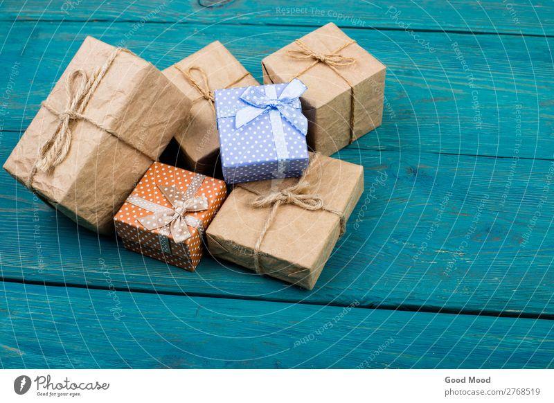 Weihnachts- oder Neujahrsgeschenke auf Holzuntergrund kaufen Design Leben Winter Dekoration & Verzierung Feste & Feiern Weihnachten & Advent Geburtstag Seil