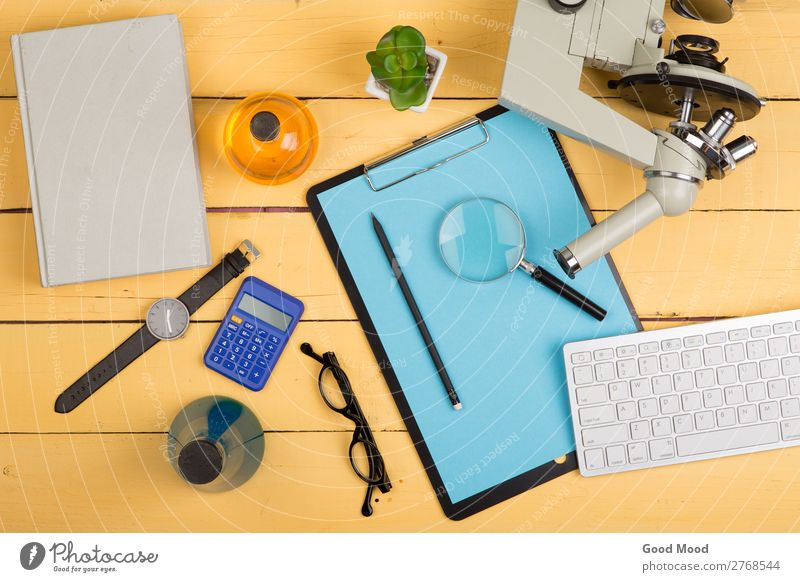 Mikroskop, Buch, Lupe, Taschenrechner, Uhr, Zwischenablage Flasche Schreibtisch Tisch Wissenschaften Schule lernen Klassenraum Studium Labor Arbeitsplatz