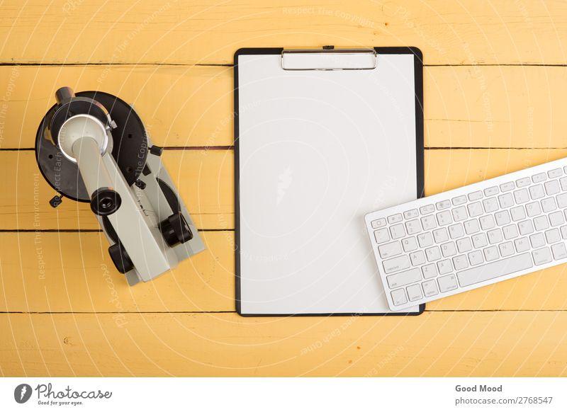 Mikroskop, leere Zwischenablage, Computertastatur auf gelbem Schreibtisch Gesundheitswesen Medikament Tisch Wissenschaften Schule lernen Klassenraum Studium