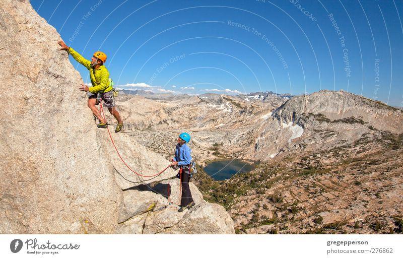 Mensch Erwachsene Leben Freiheit Paar Freundschaft Felsen Erfolg Abenteuer Seil Gipfel Klettern Vertrauen entdecken Mut Höhenangst