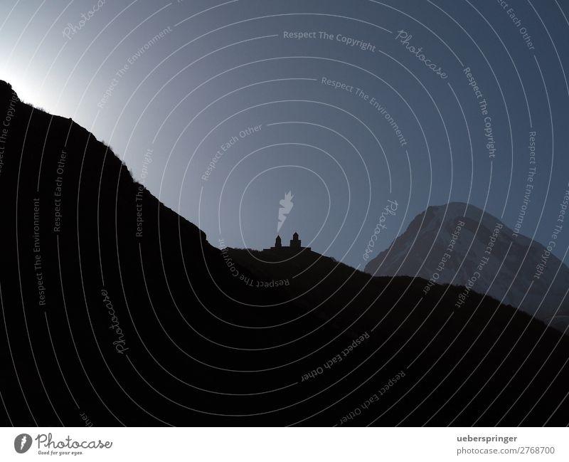 Wallfahrtsort: Gergetier Dreifaltigkeitskirche Natur Landschaft Sonne Berge u. Gebirge Stepanzminda Kasbek Georgien Einsamkeit Energie Ferien & Urlaub & Reisen