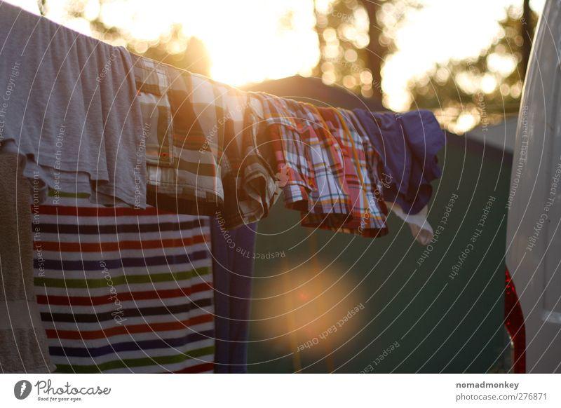 Wäscherei an einem Sommerabend Ferien & Urlaub & Reisen Sommerurlaub mehrfarbig gelb Wäsche waschen Camping Farbfoto Außenaufnahme Menschenleer
