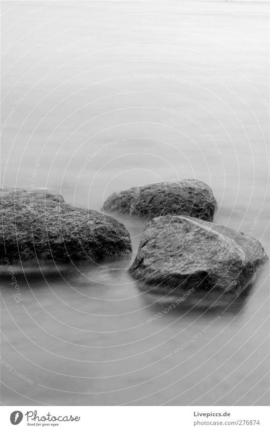 Inselsteine 1 Umwelt Natur Landschaft Wasser Küste Seeufer Strand Bucht Stein grau schwarz weiß Schwarzweißfoto Außenaufnahme Abend Dämmerung Langzeitbelichtung
