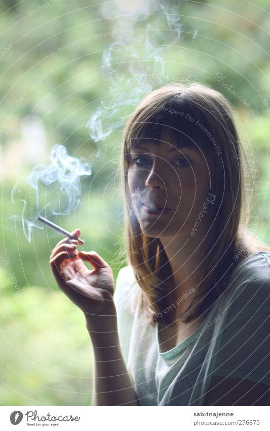 bad aesthetic habit Mensch feminin Junge Frau Jugendliche 1 18-30 Jahre Erwachsene blond langhaarig Rauchen Farbfoto Innenaufnahme Tag Licht Schatten Kontrast