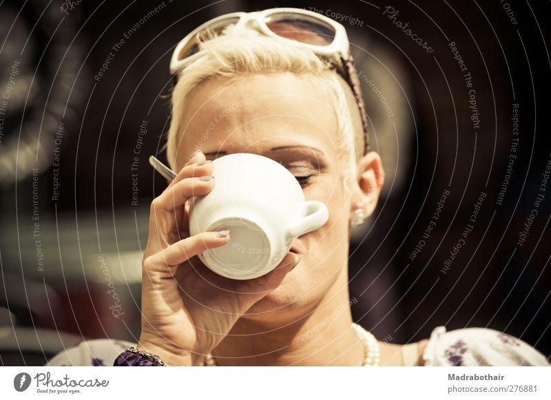 junge Frau trinkt einen Kaffee Kaffeetrinken Getränk Tasse feminin Junge Frau Jugendliche Erwachsene Kopf Hand 1 Mensch 18-30 Jahre Sonnenbrille blond