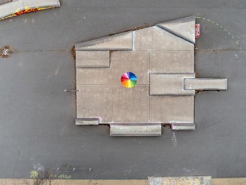 Regenbogeschirm auf grauer Fläche Freizeit & Hobby Spielen Ferien & Urlaub & Reisen Safari Sportstätten Hauptstadt Spielplatz Stein beobachten Kommunizieren