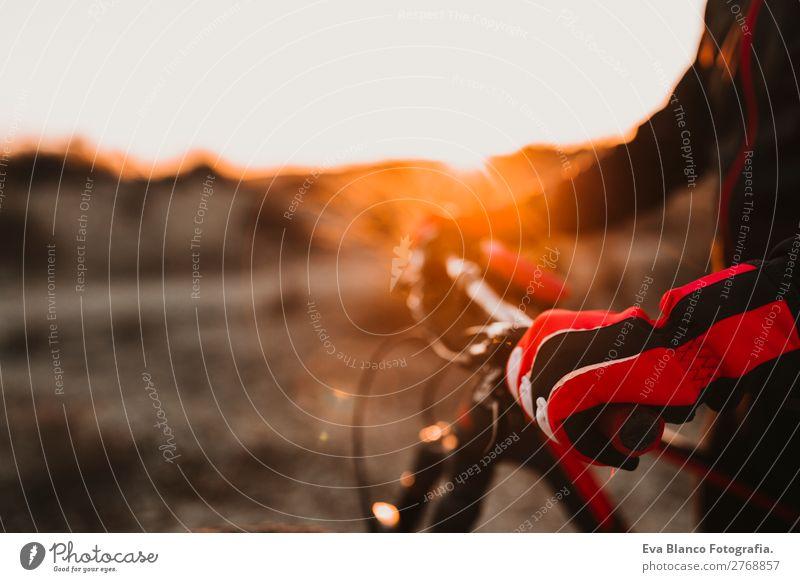 Nahaufnahme einer Radsportausrüstung und eines Lenkers. Lifestyle Erholung Freizeit & Hobby Abenteuer Sommer Sonne Berge u. Gebirge Sport Fahrradfahren maskulin