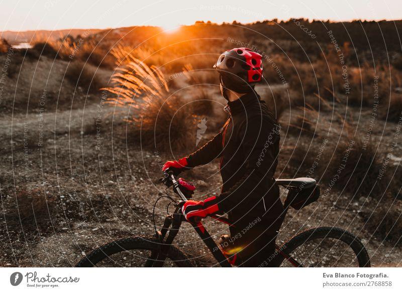 Radfahrer mit dem Fahrrad bei Sonnenuntergang. Sportkonzept Lifestyle Erholung Freizeit & Hobby Abenteuer Sommer Berge u. Gebirge Fahrradfahren maskulin