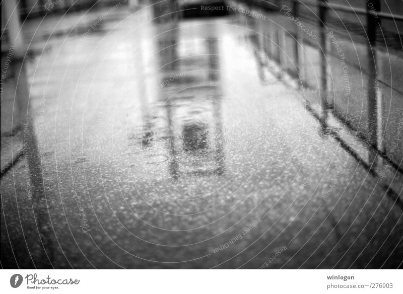 im regen Stadt Wasser weiß schwarz Architektur Traurigkeit Gefühle Wege & Pfade Deutschland Regen Wassertropfen Europa Klima Bauwerk Hafen Fernweh