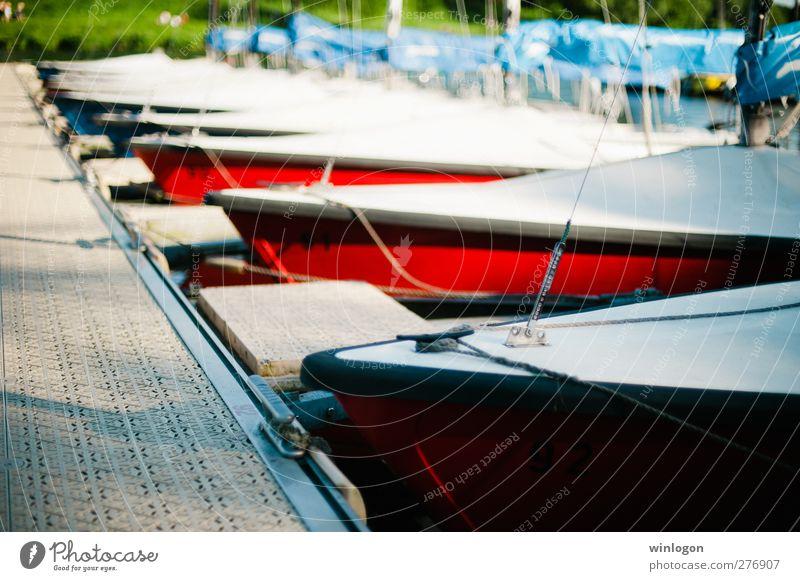 Segelboote vor Anker Wasser Ferien & Urlaub & Reisen weiß grün rot Erholung Wärme Glück Gesundheit Wasserfahrzeug Erfolg Beginn Abenteuer Coolness fahren genießen
