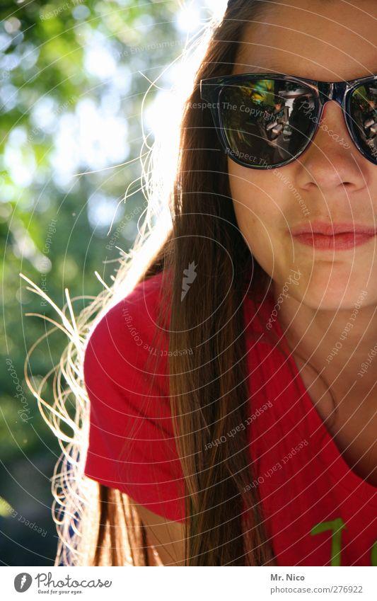 unglaublich nah Jugendliche schön Sommer Gesicht Umwelt Zufriedenheit natürlich authentisch einzeln Lächeln brünett langhaarig Sonnenbrille Anschnitt ernst