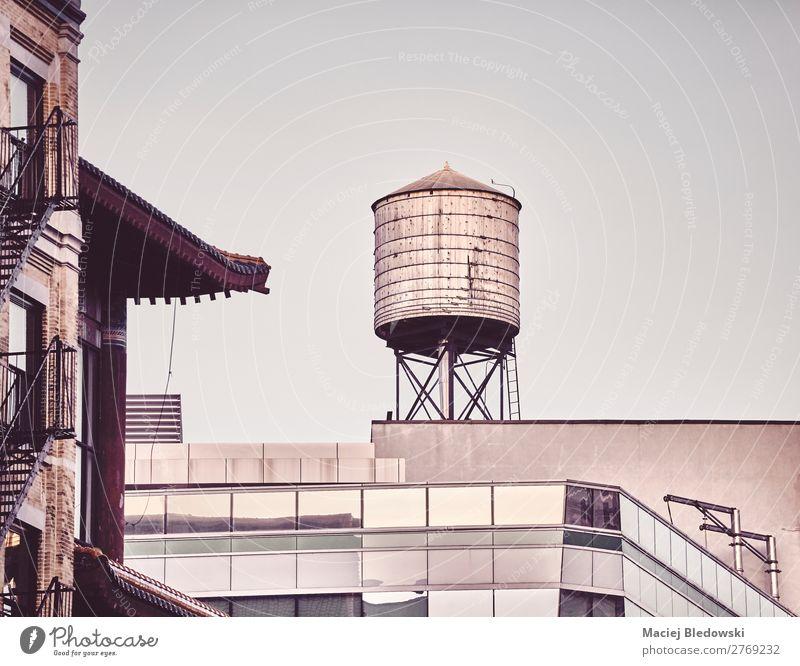 Wasserturm auf dem Dach in der Innenstadt von New York, USA. Gebäude Architektur alt retro einzigartig Zeit Großstadt New York State Turm nyc Manhattan