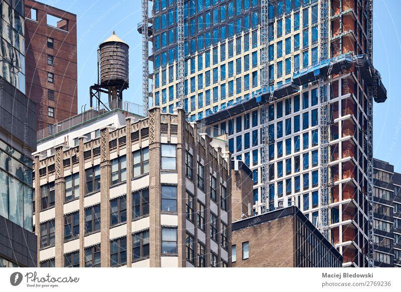 Wassertank auf dem Dach eines Gebäudes in der Innenstadt von New York. Häusliches Leben Wohnung Büro Baustelle Stadtzentrum Haus Hochhaus Architektur Mauer Wand