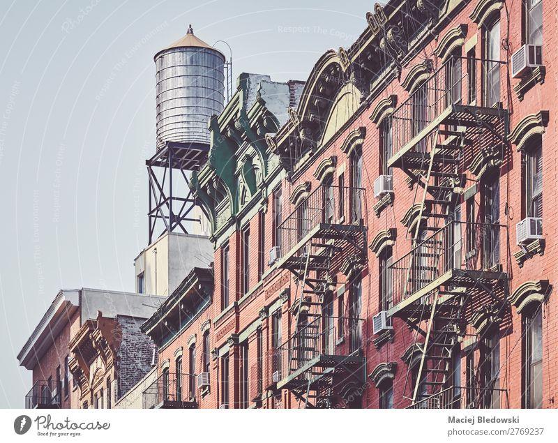 Wassertank und Feuerleitern in der Innenstadt von New York. Stil Design Häusliches Leben Wohnung Haus Hausbau Gebäude Architektur Mauer Wand Treppe Fassade Dach