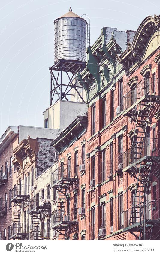 Wassertank und Feuerleitern in der Innenstadt von New York. Städtereise Häusliches Leben Wohnung Haus Gebäude Architektur Fassade alt Originalität retro