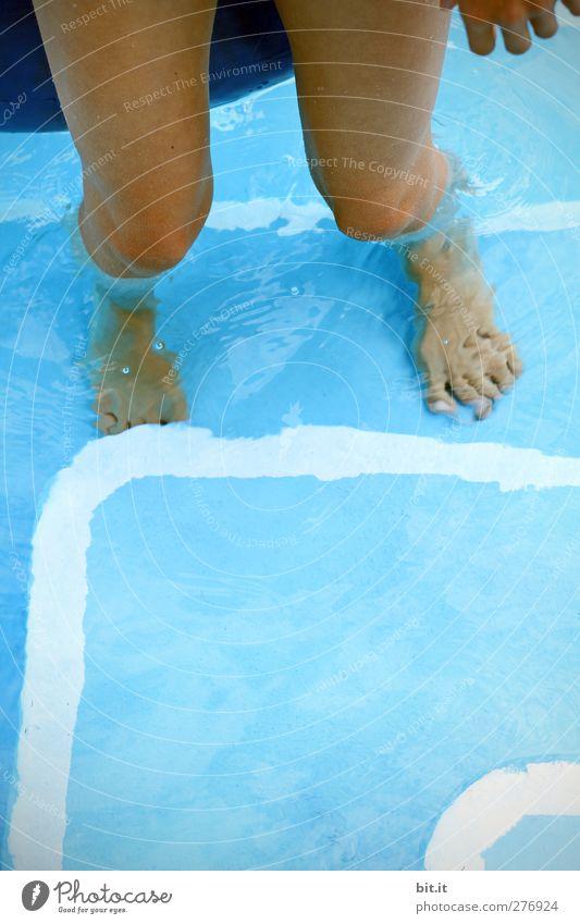 Hitzefrei... Mensch blau Wasser Ferien & Urlaub & Reisen Sommer Freude Wärme Glück Beine Fuß Linie Schwimmen & Baden Haut Freizeit & Hobby Treppe nass