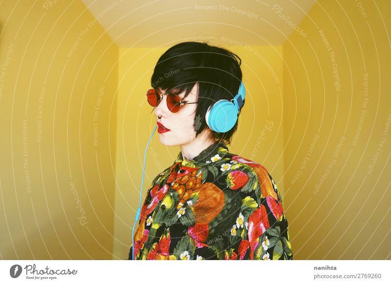 Coole androgyne DJ-Frau in leuchtenden Farben. Lifestyle Stil Design exotisch Haare & Frisuren Sommer Entertainment Party Musik Diskjockey Headset