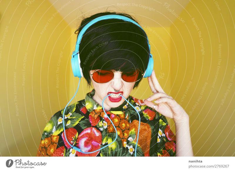 Frau Mensch Jugendliche Sommer Farbe 18-30 Jahre Erwachsene gelb feminin Stil Party Mode Haare & Frisuren Design retro frei