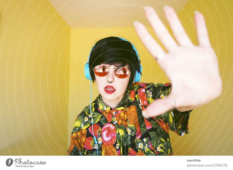 Coole androgyne DJ-Frau in leuchtenden Farben. Haare & Frisuren Sommer Musik Diskjockey Headset Technik & Technologie Unterhaltungselektronik Mensch feminin