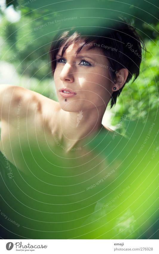 green feminin Junge Frau Jugendliche 1 Mensch 18-30 Jahre Erwachsene kurzhaarig schön einzigartig grün Farbfoto Außenaufnahme Textfreiraum unten Tag